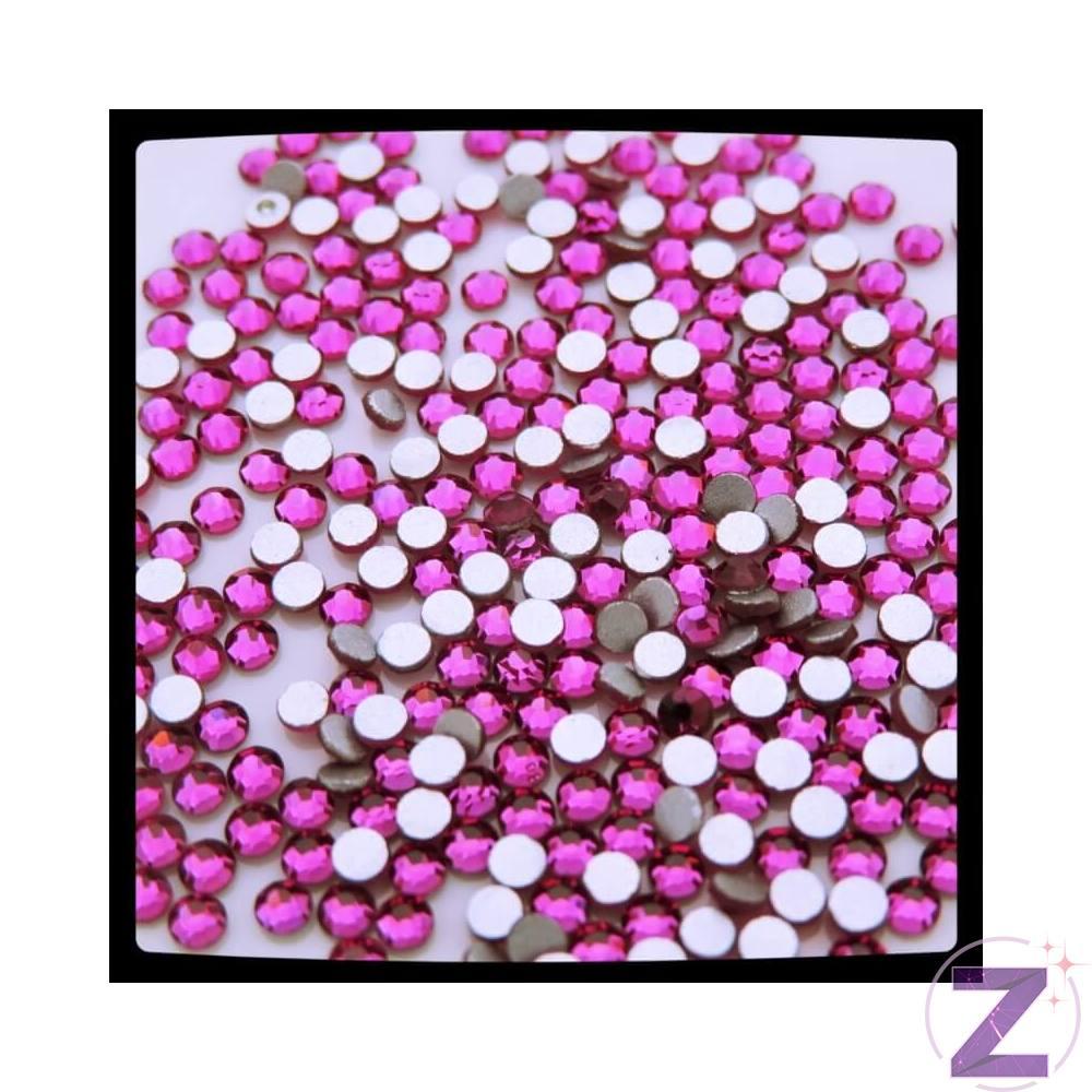 Zodiac strasszkő, Fuchsia, ragasztható üveg strasszkő dekorációs díszítésekhez.Története: a fukszia virág Leonard Fuchs (16.századi) német orvos-botanikusról kapta nevét. Pigmentjei: magenta ami vörösebb és a solferino ami lilásabb. Mivel közel áll a rózsaszín-lila árnyalatos színekhez ezért nagy népszerűségnek örvend a hölgyek körében!