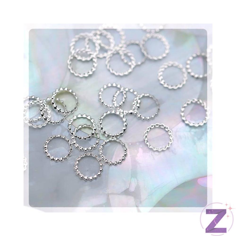 Szegecs körömdísz fényes ezüst színben. Vékony karika lemez díszítő. Kiválóan kombinálható változatos színvilágú strasszköveinkkel, szórógyöngyeinkkel.