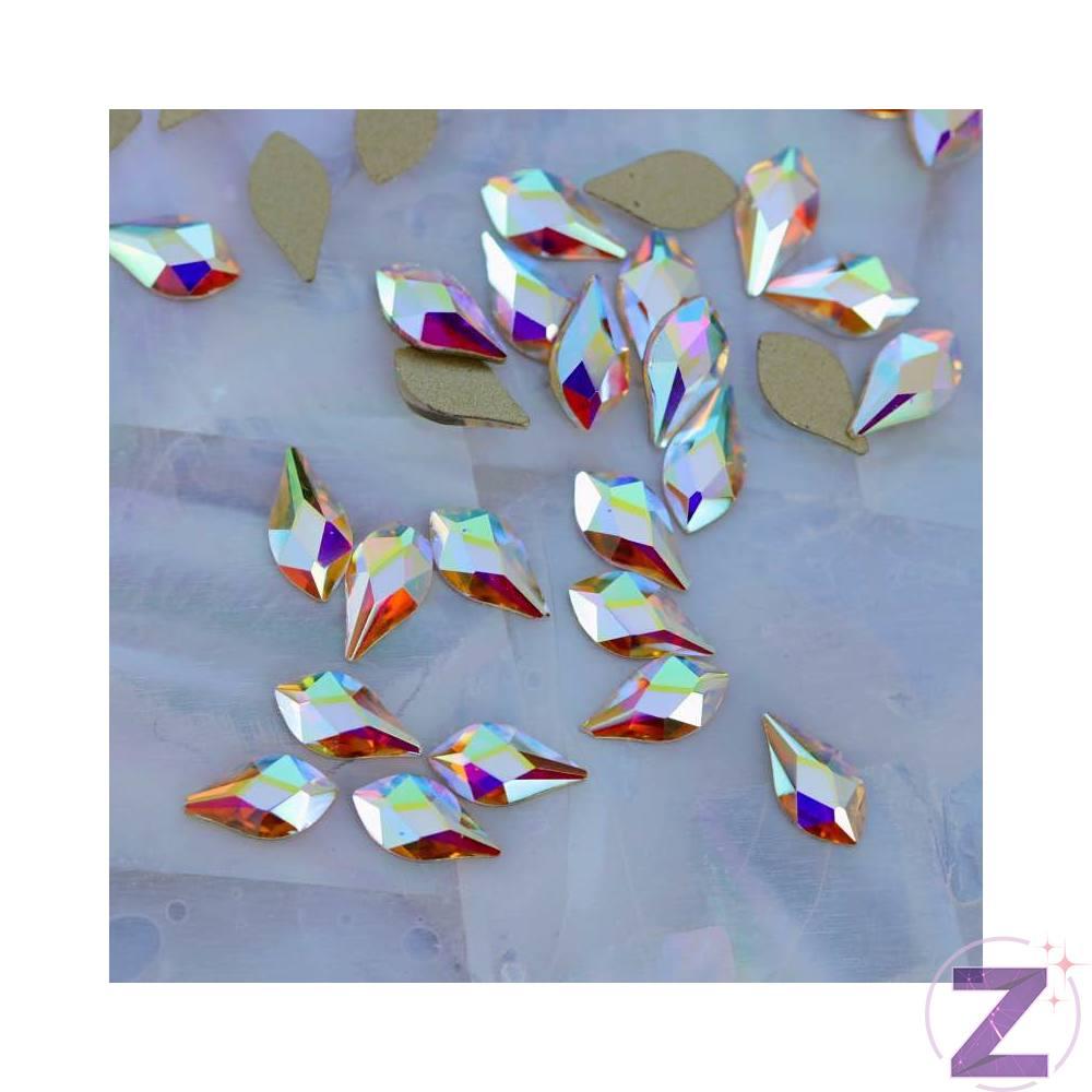 Zodiac üveg cseppforma körömdísz 8*5mm, flame forma alakzatban, színjátszó színben. Laposabb, mint az eddigi hasonló formák így kevésbé emelkedik ki a köröm felületéről. Flatback, no hotfix típusú strassz forma. Glue gél segítségével tartósan a körömre ragasztható, strasszkövekkel, szórógyöngyeinkkel kombinálva különleges dekorációkat alkothatunk.