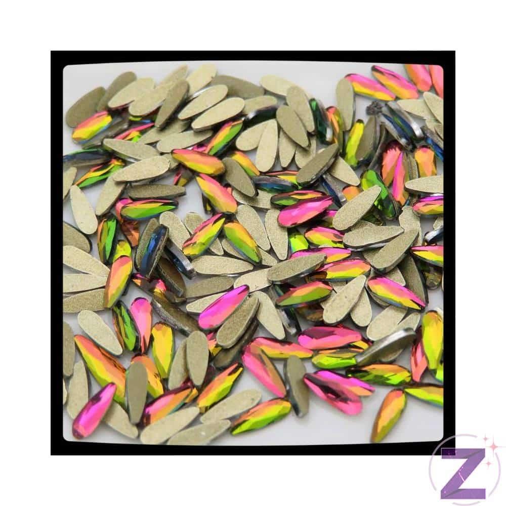 Zodiac üveg cseppforma körömdísz. Népszerű pici strassz cseppforma körömdísz, különleges Rainbow színben. Flatback, 6*2mm. 10db/cs.