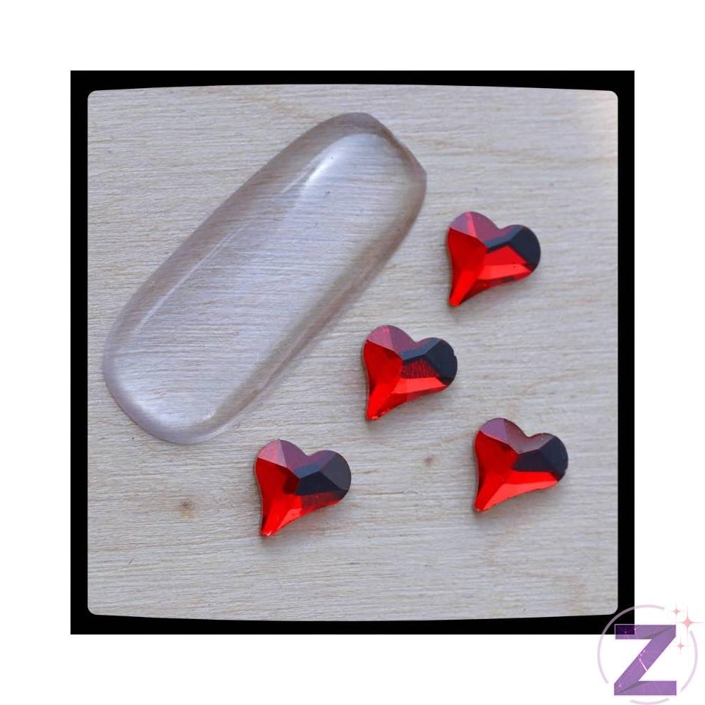 Zodiac üveg forma Siam színben. Népszerű, flatback ragasztható szív alakú strassz forma körömdísz. Glue gél segítségével tartósan a körmön marad, kíválóan kombinálható egyedi strassz formáinkkal, különleges körömékszereinkkel, szórógyöngyeinkkel.