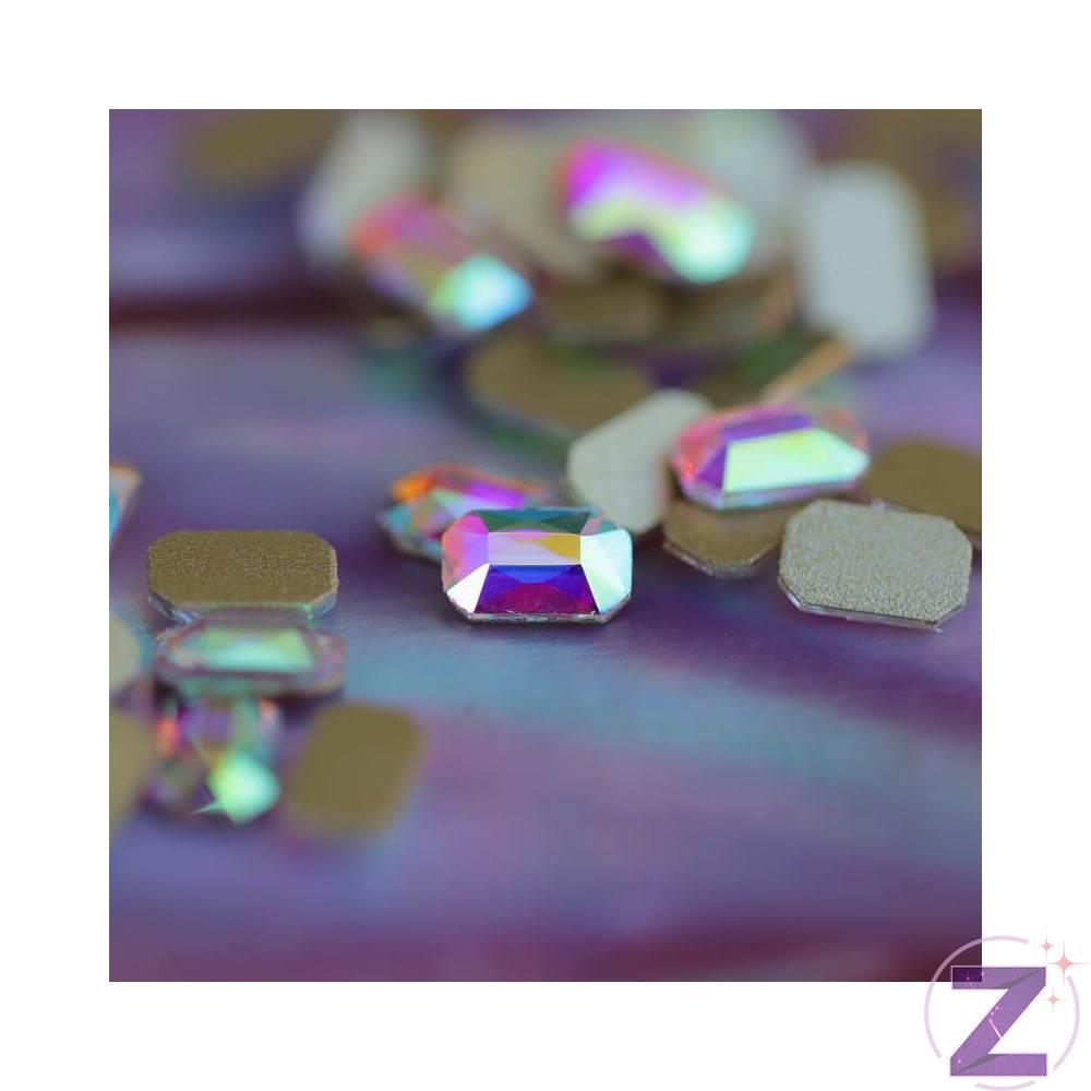 Zodiac üveg forma dísz pici hasáb formában színjátszó színben. Flatback no hotfix típusú körömdísz mely nagyszerűen kombinálható megújult színjátszó rétegű, intenzívebb csillogású strasszköveinkkel, változatos színvilágú üveg formáinkkal, egyedi körömékszereinkkel.