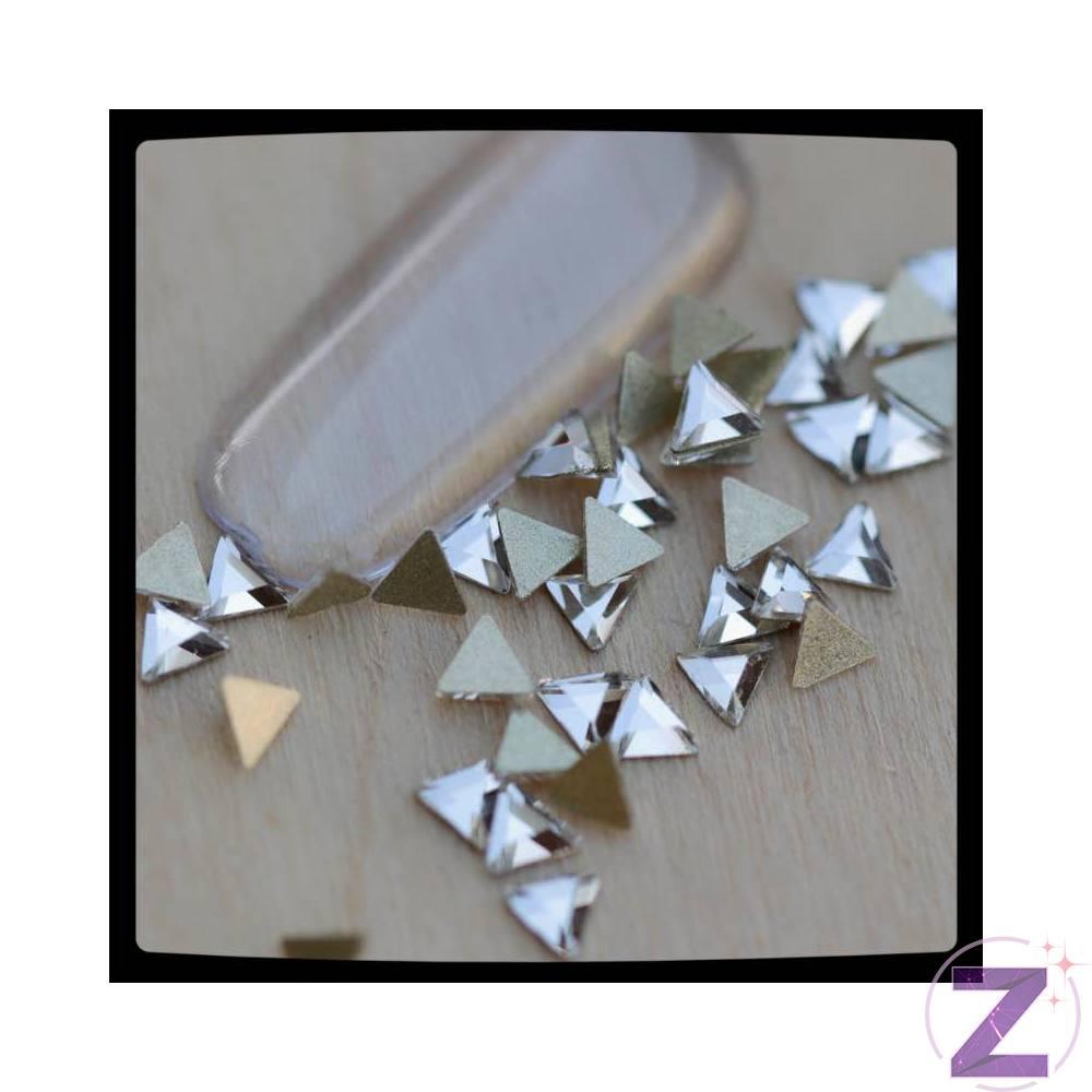 Zodiac üveg forma körömdísz háromszög crystal színben. Flatback, no hotfix típusú, lapos, ragasztható strassz forma. Népszerű díszítő elem mindazoknak akik az oválios formavilágtól változatosabbra vágynak.