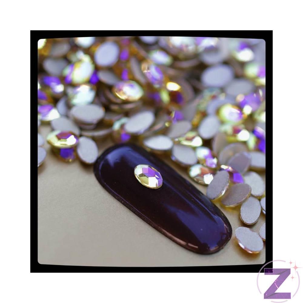 Zodiac üveg forma körömdísz halványsárga színben lilás effekttel. Ovális forma strasszkő, pici méretének és fóliázott lapos aljának köszönhetően könnyen fekszik fel a köröm felületére. No hotfix típusú ragasztható strassz, rögzítéséhez a glue gélt ajánljuk. Nagyszerűen kombinálható változatos formájú üveg strasszköveinkkel, egyedi színvilága igazi nyári hangulat idéző.