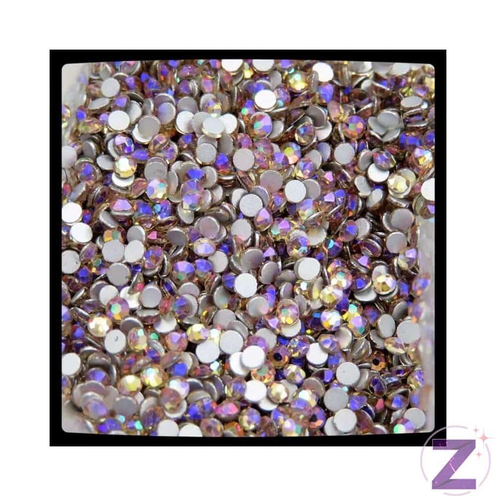 Zodiac strasszkő Light Peach Moonlight, ragasztható üveg strasszkő dekorációs díszítésekhez. Igazán különleges, új szín! A népszerű barack színen a fény lilás csillogással tükröződik vissza. Próbáld ki Moonlight színű strasszkövünket is, ami szintén hasonló effekttel van megbabonázva! Ragasztható üveg strasszkő dekorációs díszítésekhez, 8 oldalra csiszolva.