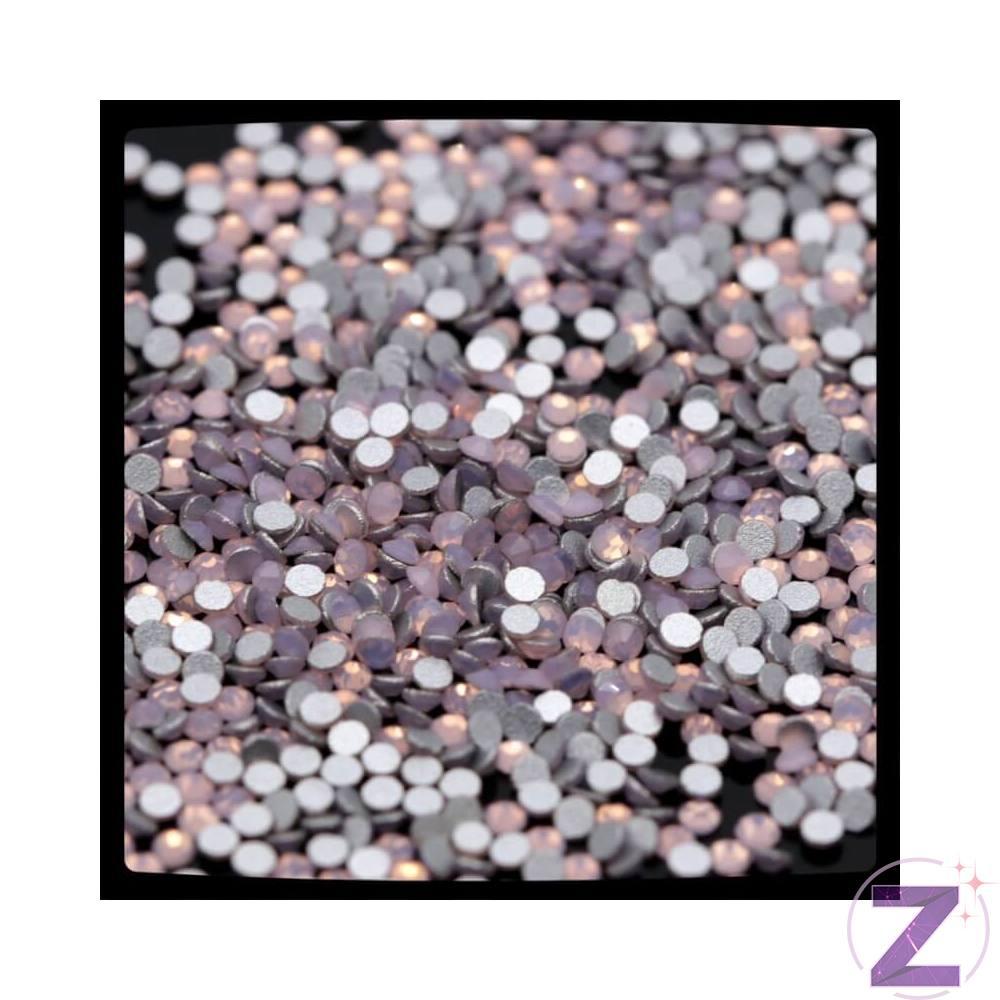 Zodiac strasszkő Light Rose Opal, az opálos színek új színgenerációja, sikerességében vetekszik a white opállal. Ebben a méretben a Swarovski nem kínál opálos köveket, ez is hozzájárul népszerűségéhez. Ragasztható üveg strasszkő dekorációs díszítésekhez. Flatback, no hotfix, 8 oldalra csiszolt strassz.