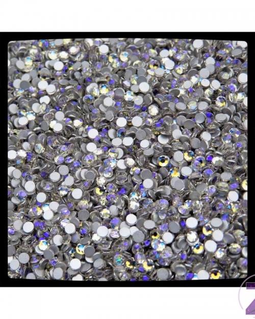 Zodiac strasszkő, Moonlight, ragasztható üveg strasszkő dekorációs díszítésekhez. Különleges új szín! A Swarovski Crystal Moonlight színilágához hasonlít, de ebben a fény kék helyett nagyon szép lila árnyalatban tükröződik.